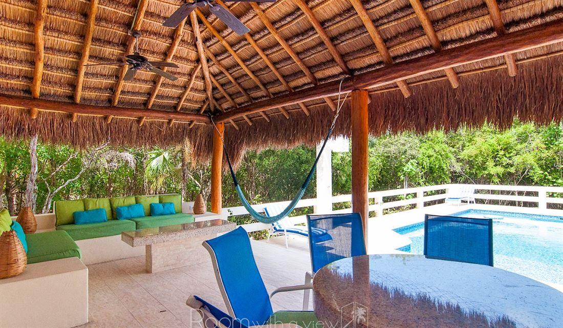 Casa La Vía es una villa única con estilo maya contemporáneo.